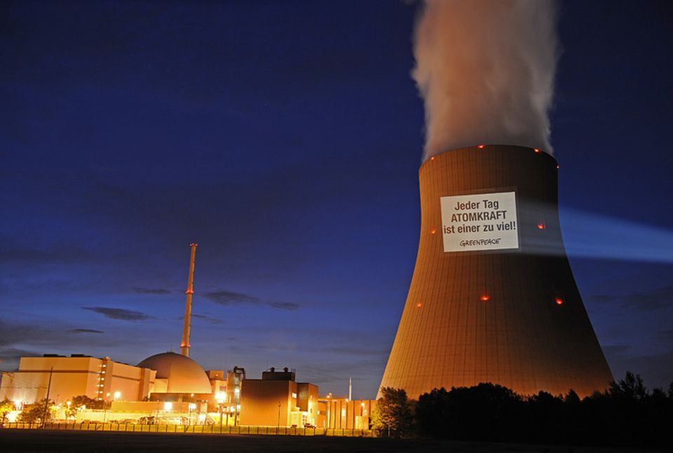 Kernkraft: Angst als Entwicklungstreiber: Aktivisten-Plakat am AKW Niederaichbach