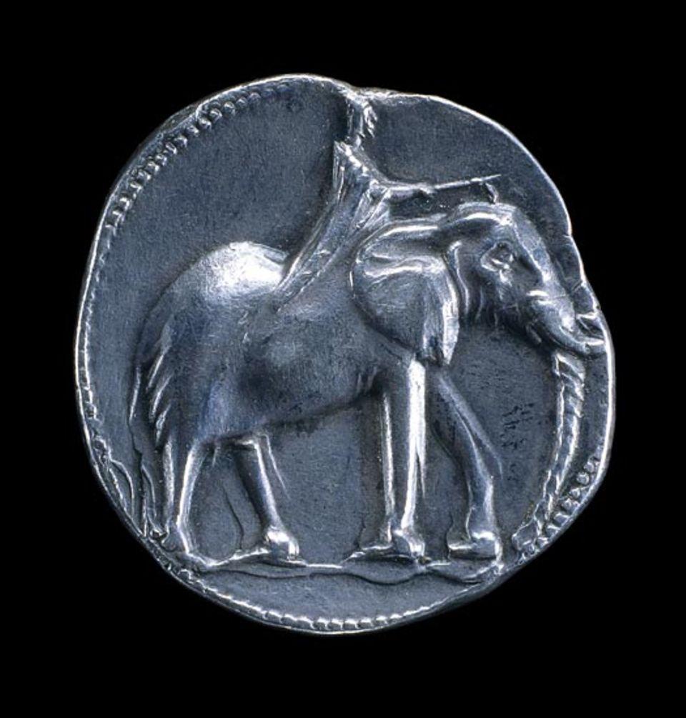218 v. Chr. führt Hannibal Zehntausende Kämpfer und Dutzende Kriegselefanten - oben eine Darstellung auf einem silbernen karthagischen Scheckel - über die Alpen zur Invasion Italiens