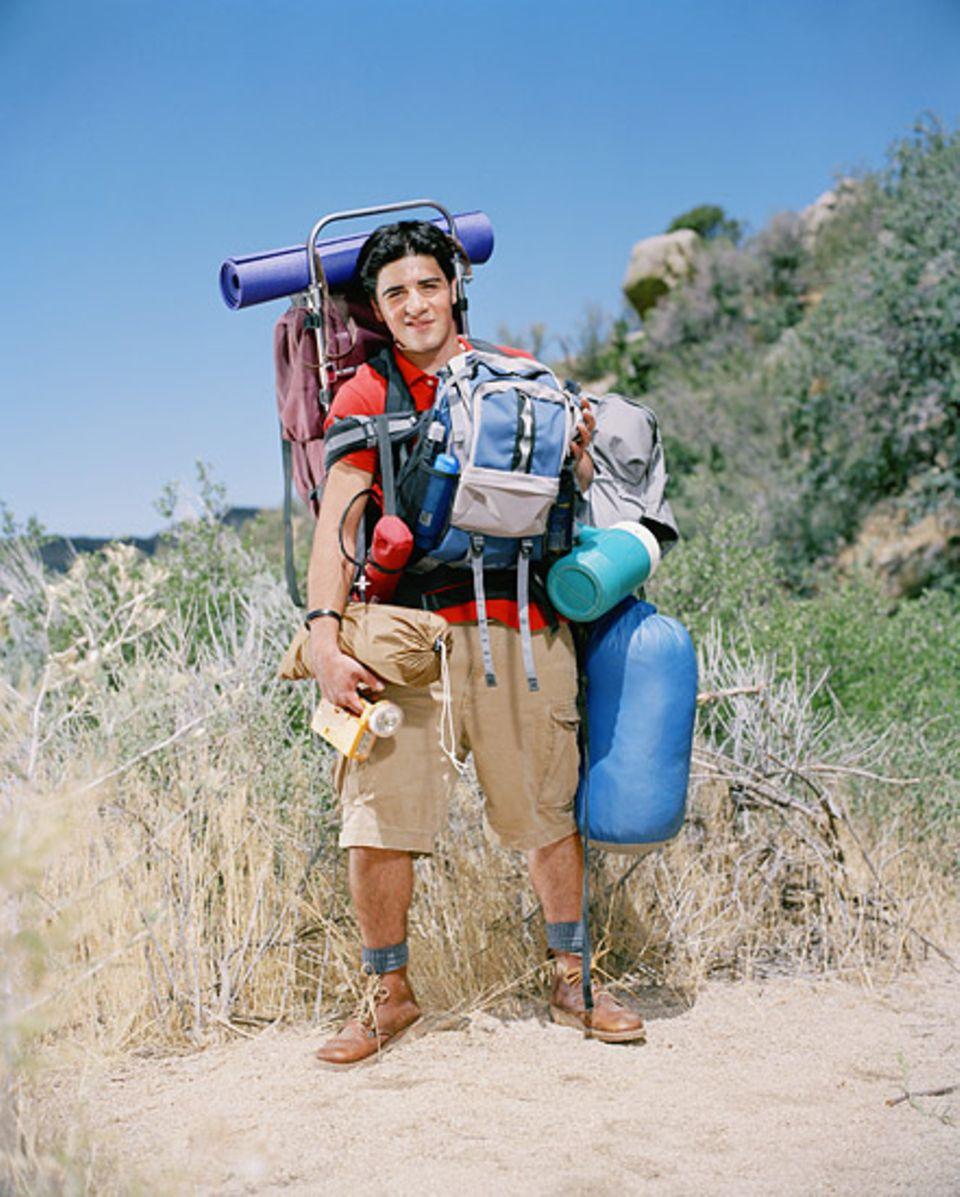 Trekkingausstattung: So nicht! Schwer beladen ist Wandern mehr Frust als Lust