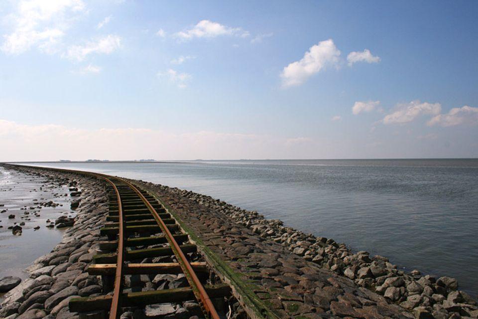 Naturtalente: Nur der zehn Kilometer lange Schienenstrang verbindet das Örtchen mit dem Festland