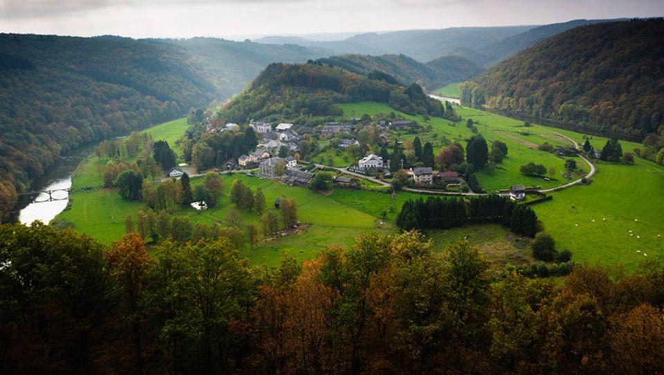 Herbstreise: Im Tal der Semois erheben sich zwischen den Flussmäandern kleine, hügelige Landzungen