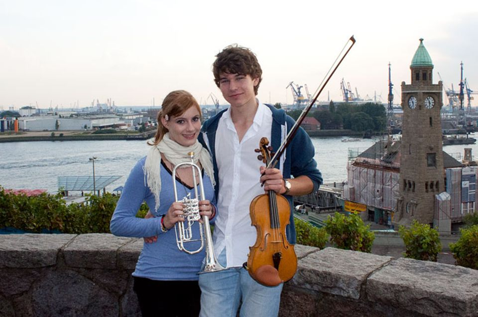 Musikinstrumente: Theresa Paulus mit ihrer Trompete und Arnold Stieve mit seiner Geige