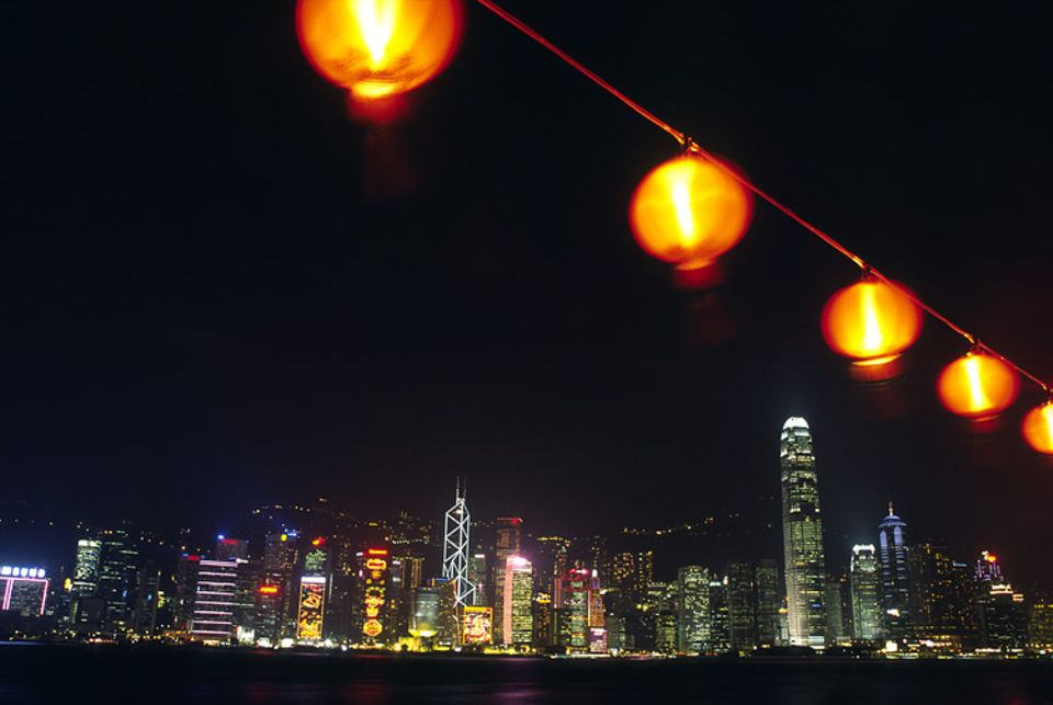 Städtereise: Fast zu aufregend, um schlafen zu gehen: Hinter den Lampions der Promenade erstreckt sich die Skyline von Central.