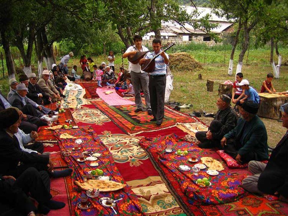 Der Dorfplatz von Süljäkaran ist der Versammlungsort der Ältesten. Der Aschug Nemet Gasimli und sein Schüler Elvin tragen hier Lieder aus und über Aserbaidschan vor