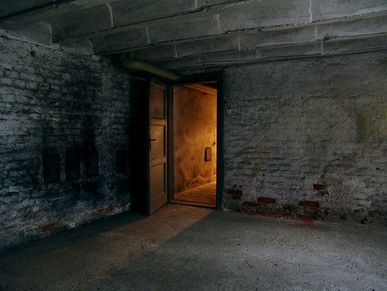 Redewendung: Was versteckt sich wohl hinter dieser Kellertür?