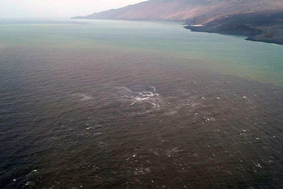 Vulkanismus: Nahe der Ortschaft La Restinga verfärbt sich das Meer durch die unterseeischen Lava- und Gaseruptionen