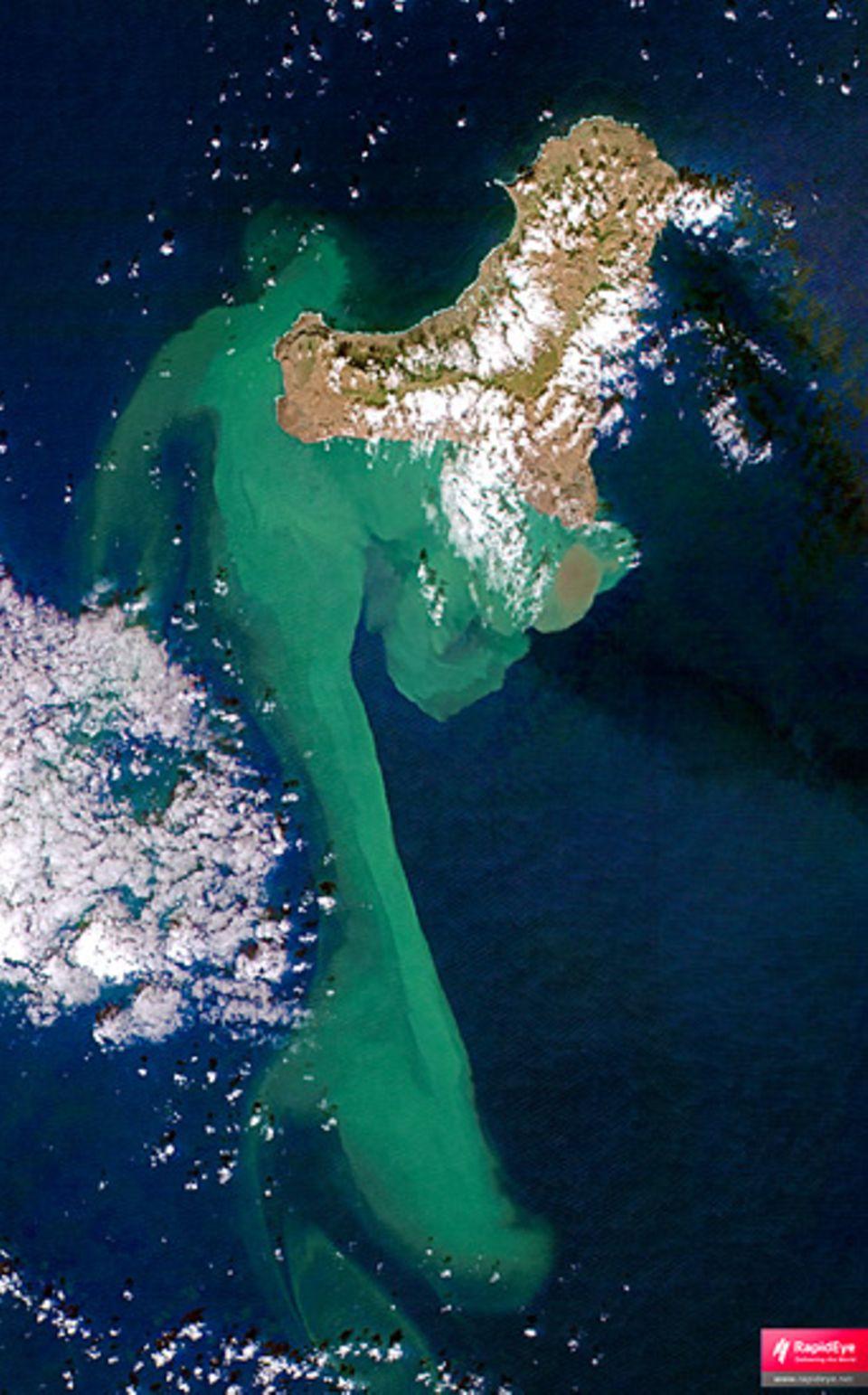 Vulkanismus: Die Satellitenaufnahme zeigt die Ausbreitung des von den Vulkanaktivitäten verfärbten Wassers südwestlich der Kanareninsel El Hierro