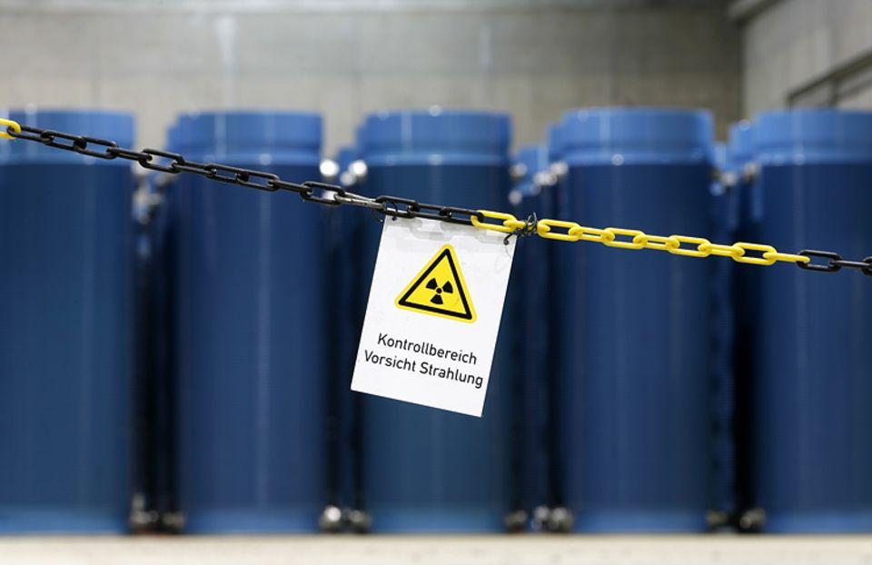 Atommüll: 102 Castor-Behälter stehen in einer Halle im Zwischenlager von Gorleben. Elf kommen nun dazu