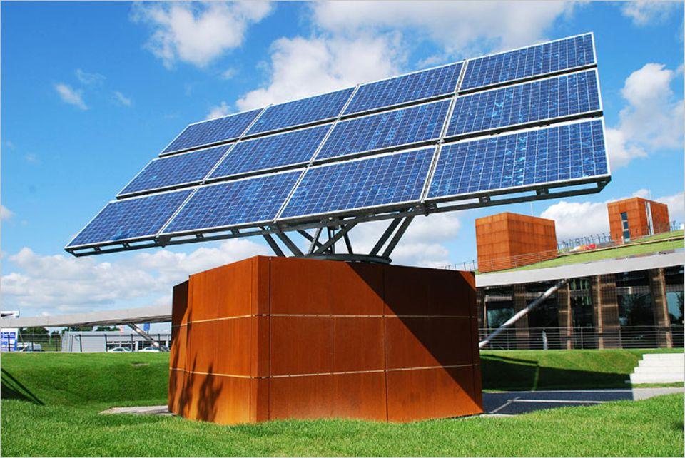 Energietechnik: Bewegliche Solarpanels und Spezial-Akkus sorgen für gute Stromausbeute und -speicherung