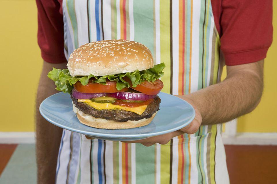 Fastfood: Ein saftiger Hamburger. Aber wer hat ihn erfunden?