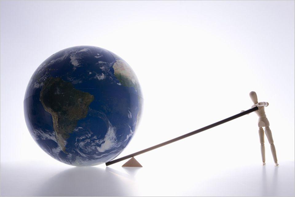"""Redewendung: Mit einem langen Hebelarm kann man erstaunlich viel bewegen. Als der griechische Mathematiker Archimedes das erkannte, behaptete er sogar: """"Gebt mir einen festen Punkt im All, und ich werde die Welt aus den Angeln heben."""""""