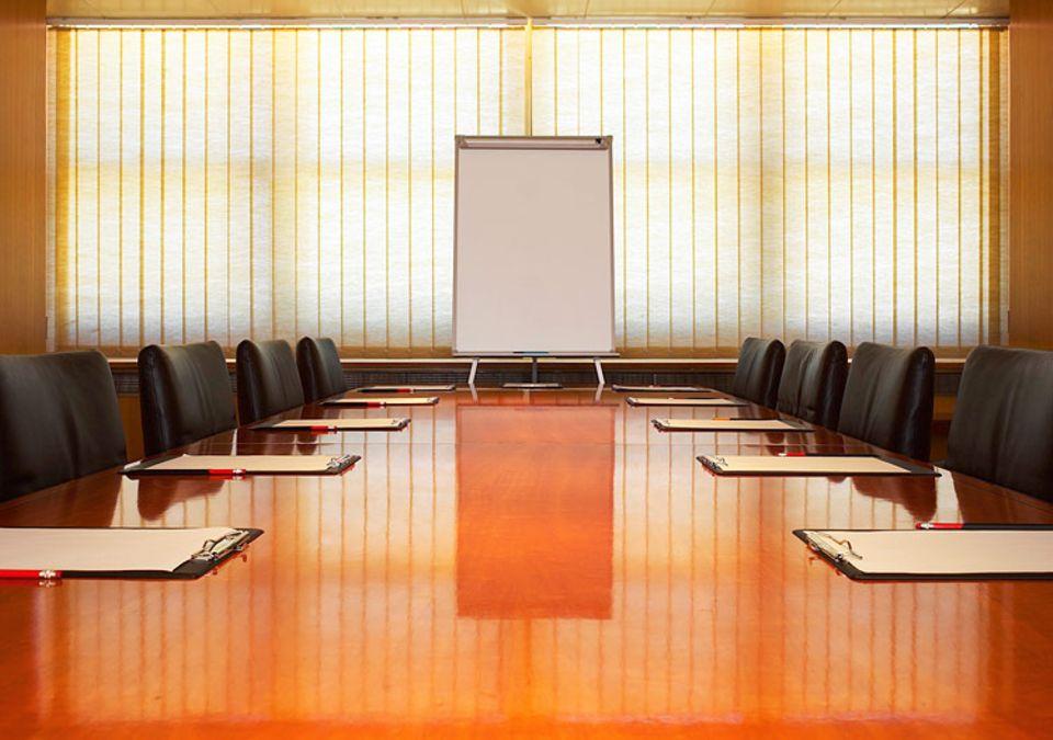 Redewendung: Ein leerer Konferenztisch. Darauf könnte man einen Stapel Papiere ablegen. Oder im übertragenen Sinne Themen ansprechen.