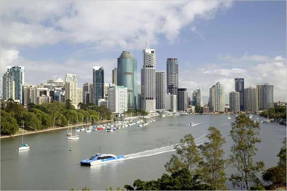 Städtereise: Hochstimmung in der Innenstadt: Blick von der Halbinsel Kangaroo Point über den Brisbane River auf die kleine Skyline