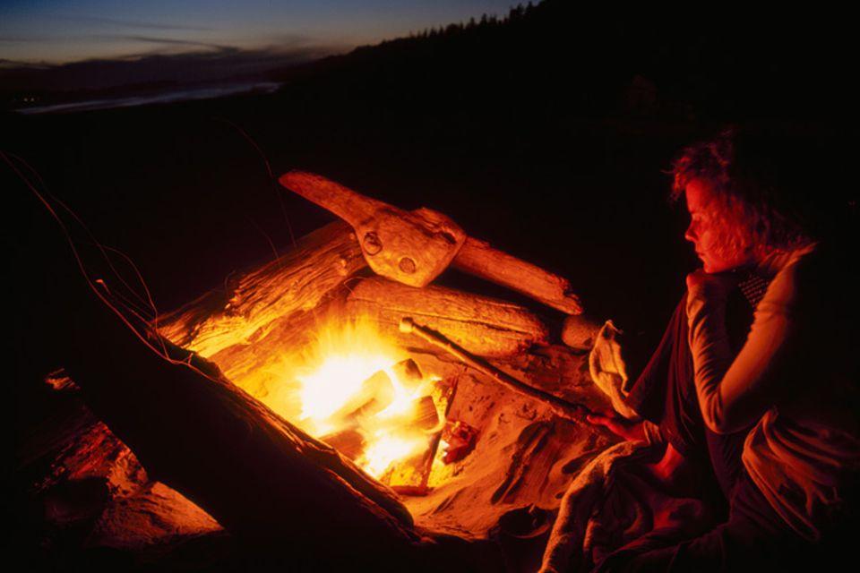 Geschichte: Ein Abend draußen in der Natur - da gehört unbedingt ein Lagerfeuer dazu! Schon unsere Ahnen in der Steinzeit haben entdeckt, wie man es entfacht