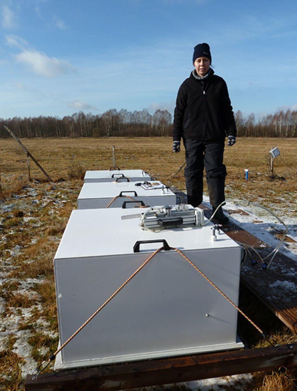 Doktorandin Katharina Leiber-Sauheitl kontrolliert die Hauben, mit denen die Bodenemissionen gemessen werden