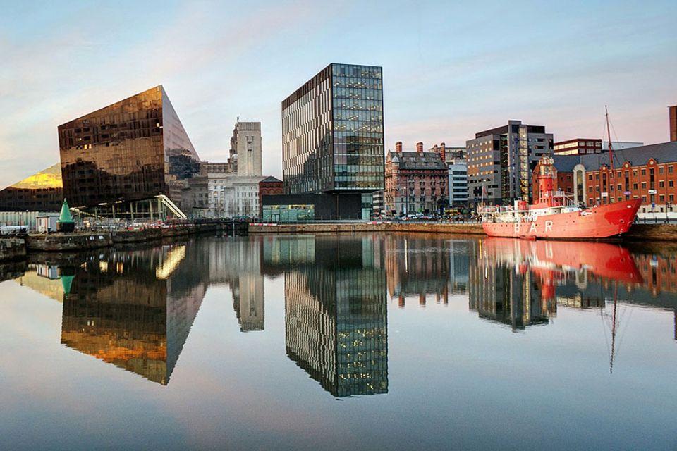 Städtereise: Die ehemaligen Docks, wie das ikonische Albert Dock auf dem Foto, sind heutzutage fein herausgeputzt, daneben steht zeitgenössische Architektur