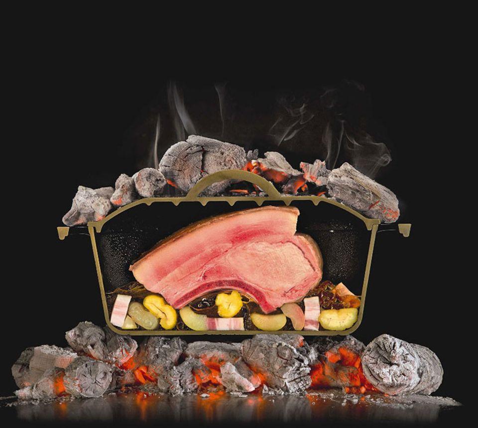 Die physikalisch komplexeste Art der Kochkunst ist das Schmoren. Dabei gelangt die Hitze auf dreierlei Weise in die Nahrung: durch den heißen Dampf im Topf (Physiker sprechen von Konvektion), durch das simmernde Wasser auf dem Topfboden (Konduktion) und durch Infrarotstrahlen, die vom glühend heißen Metall des Topfes ausgehen