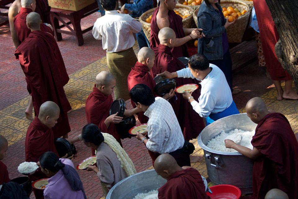 Myanmar: Mönchsspeisung in Amarapura