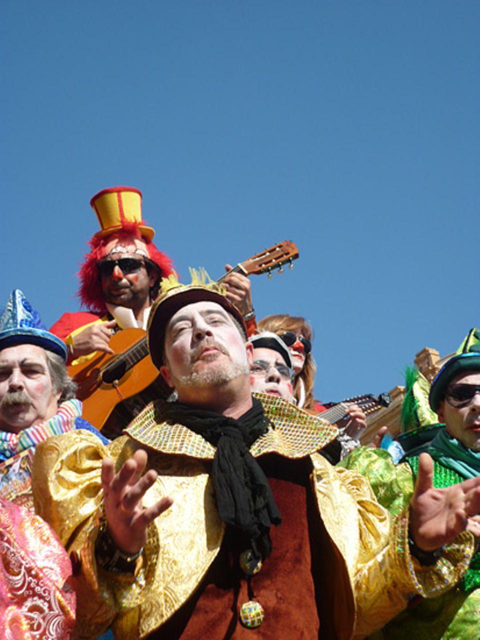 """Andalusien: In Cadiz heißt es """"Feliz Carnaval!"""". Und im Vordergrund steht ganz klar die Musik"""