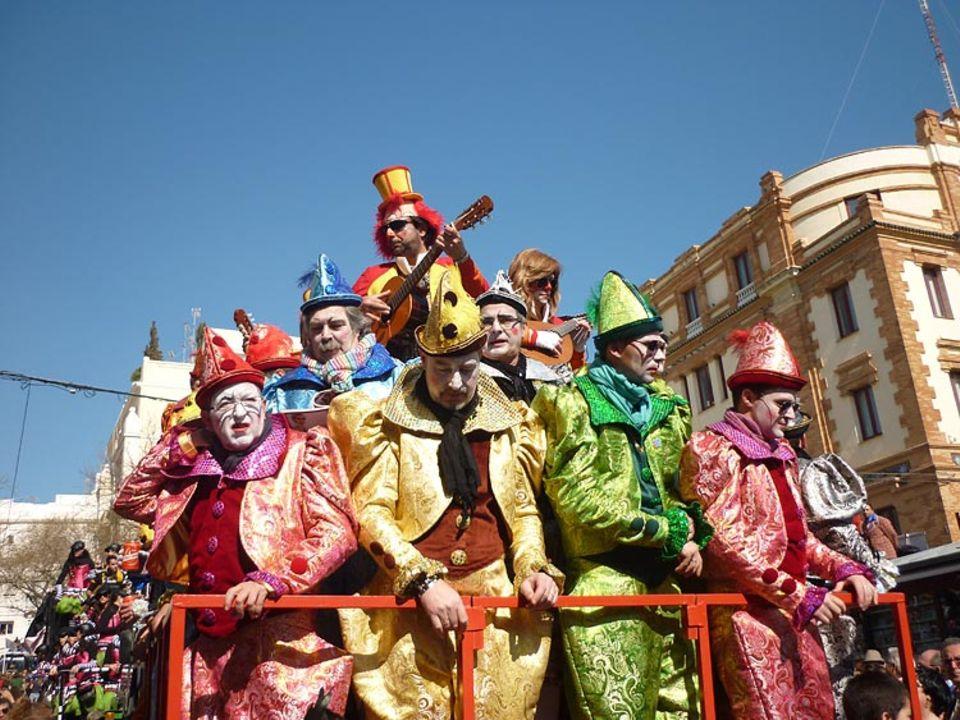 Andalusien: Zum Karussel der Chöre formatieren sich die Sänger pyramidenartig auf ihren schlichten, mehrstöckigen Umzugswagen