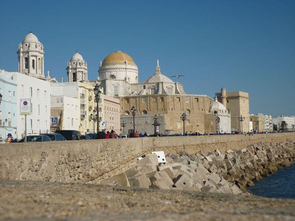 Andalusien: Cádiz liegt wie eine schwimmende Festung fast vollständig meerumschlungen im Atlantik und ist nur über eine schmale Landzunge mit dem Festland verbunden