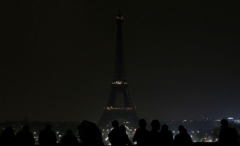"""Earth Hour 2018: Paris im März 2011: Der Eiffelturm bleibt eine Stunde dunkel. Viele Franzosen kamen, um dort Anteil an der """"Earth Hour"""" zu nehmen"""