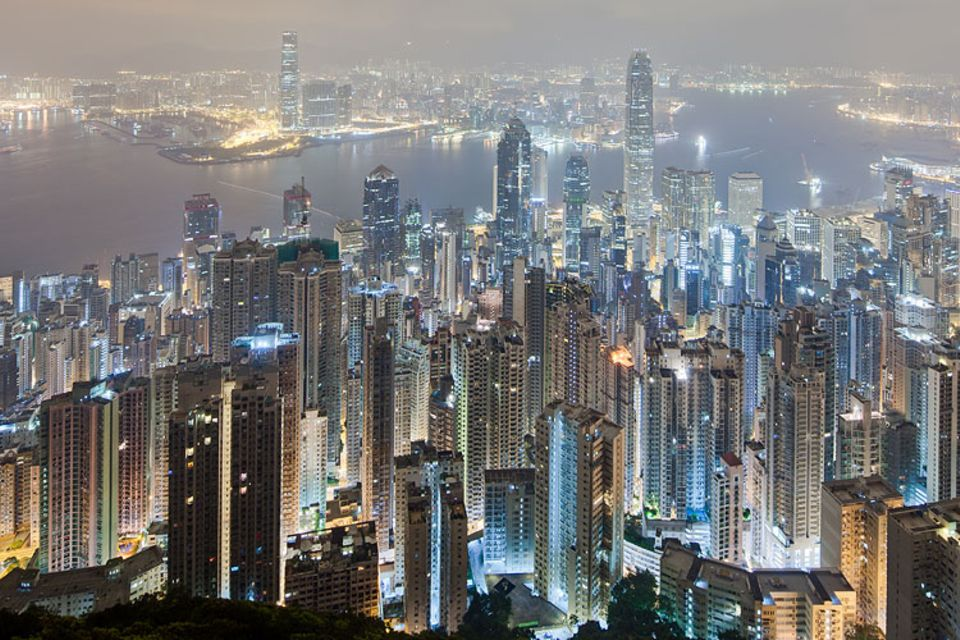 Interview: Die Lichtverschmutzung zeigt sich nicht nur in Großstädten wie hier in Hong Kong deutlich