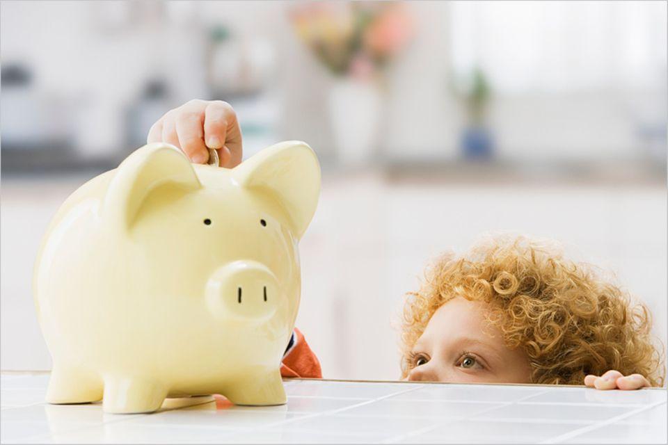 Redewendung: Geld auf die hohe Kante legen - Im Mittelalter nahm man diesen Ausdruck noch wörtlich. Heute stecken wir es einfach ins Sparschwein.