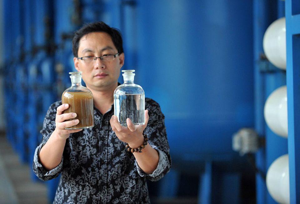 Meerwasserentsalzung: Meerwasserentsalzung (links das Meerwasser, rechts das gereinigte Trinkwasser) ist - bislang - ein energieintensiver Prozess