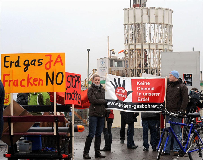 """Fracking: Bürger der Interessengemeinschaft """"Schönes Lünne"""" demonstrieren vor der Baustelle der Exxon-Erdgasprobebohrung in Lünne (Kreis Emsland)"""