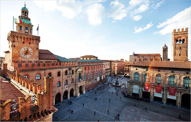 Palastwache - Bolognas Baumeister klotzen mit Schönheit. Der Palazzo Comunale (li.) und der Palazzo del Podestá (re.) wachen über den Piazza Maggiore