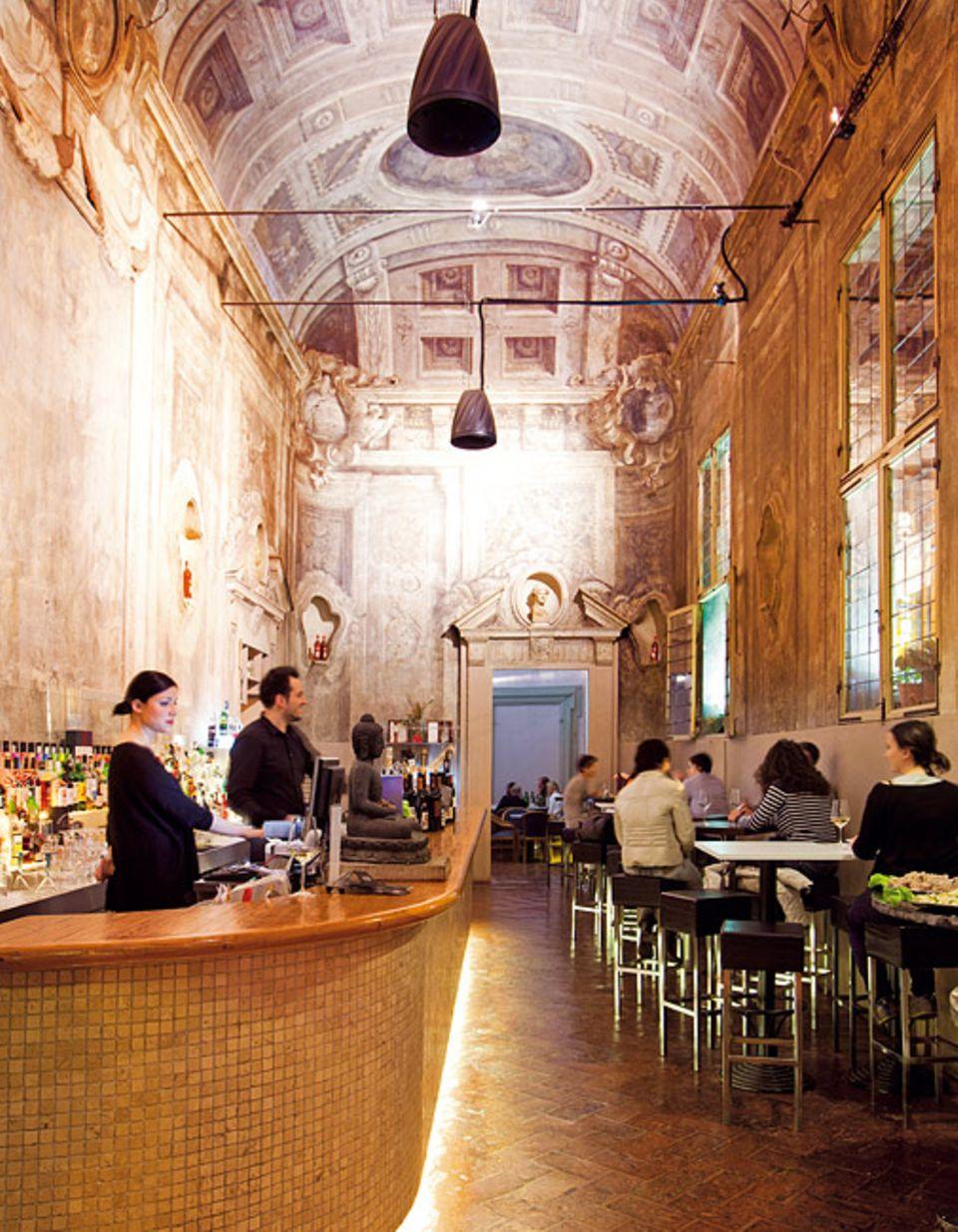 """Cocktails trinken unter Deckenmalereien - die Bar """"Le Stanze"""" zählt sofort zu den Lieblingstipps von Bologna"""