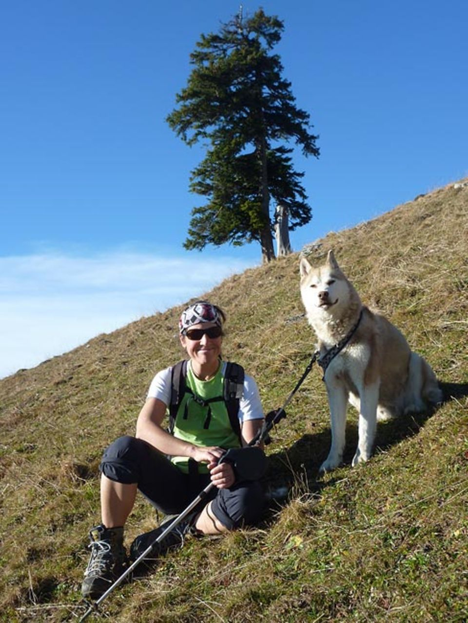 Dorothea Boss genießt die Ruhe am Berg mit ihrem Hund Silver Blue