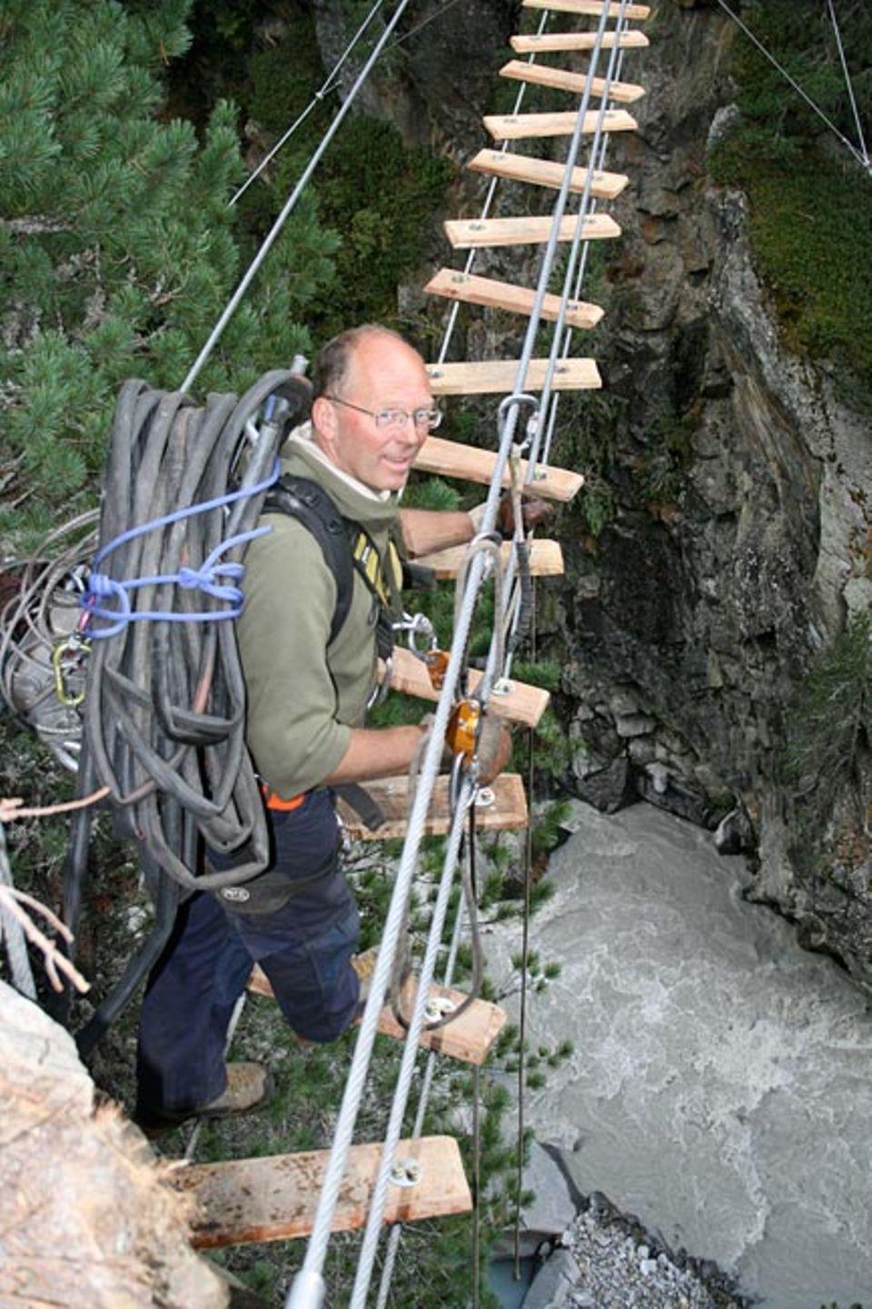 Ran ans Werk! Wenn Hansjörg Wechselberger zu seiner Baustelle in den Bergen steigt, trägt er Material und Werkzeug auf dem Rücken