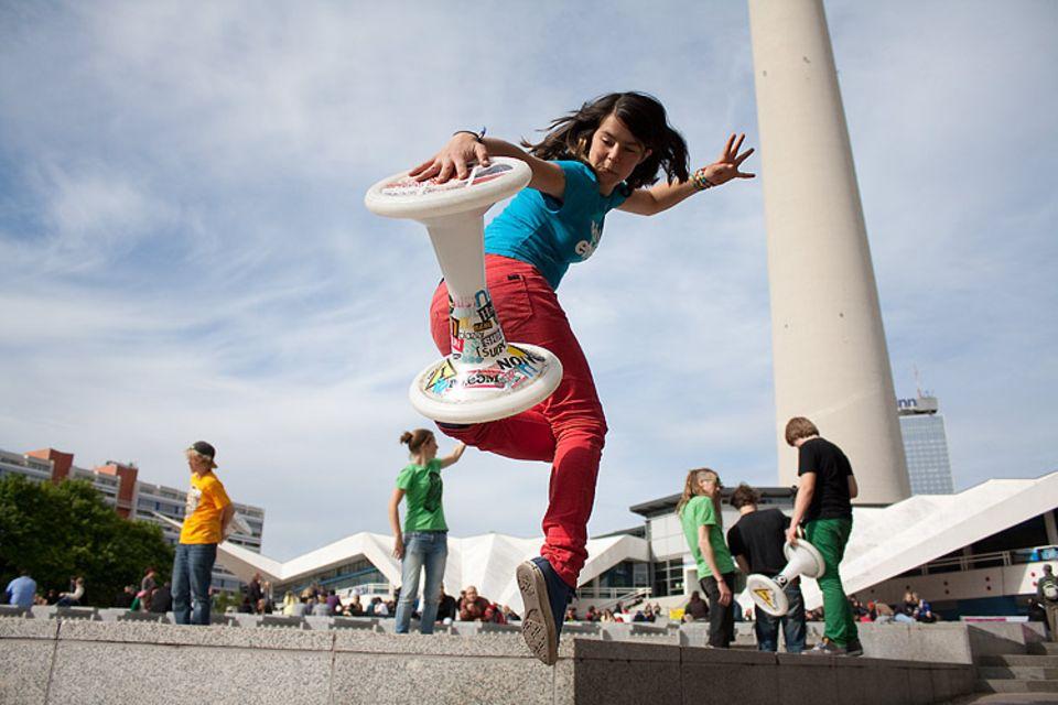 """Am Fuße des Berliner Fernsehturms präsentieren Zoë und die anderen 39 Teilnehmer des """"HockHart-Camps"""" ihre Tricks. Vor sechs Jahren ist die 14-Jährige auf den Hocker gekommen"""