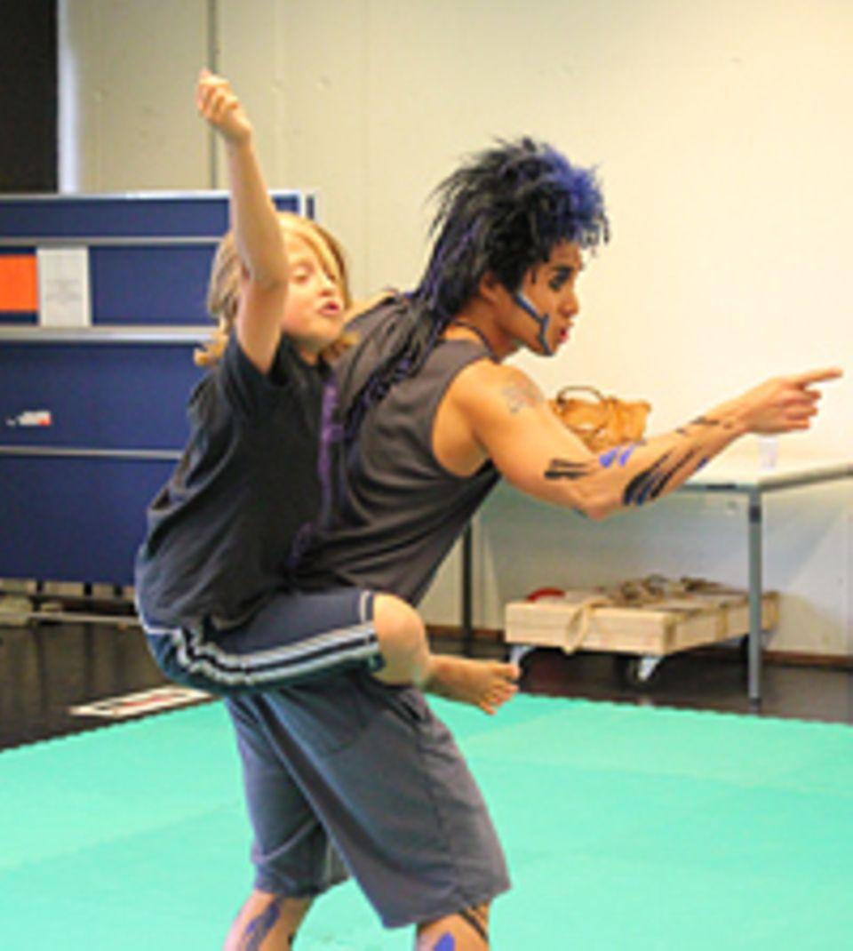 Beruf: Gemeinsam mit seinem Kollegen übt Josh eine wichtige Tarzan-Szene