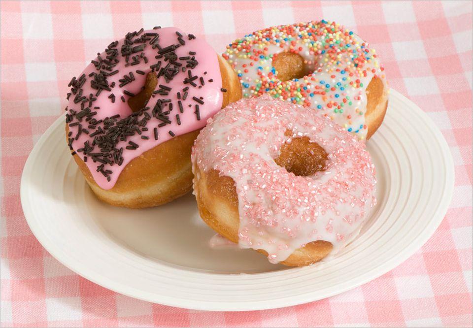 Lebensmittelproduktion: 42 Lebensmittelfarbstoffe sind in der EU zugelassen - von Allurarot AC (E 129) bis Zuckerkulör (E 150); selbst Gold (E 175) ist darunter