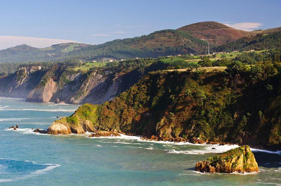Die grünen Klippen der asturischen Küste erinnern an die Vegetation britischer Inseln