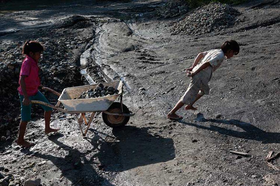 Yeni arbeitet mit ihrer Schwester im Steinbruch am Sinoto River im Norden von Nias