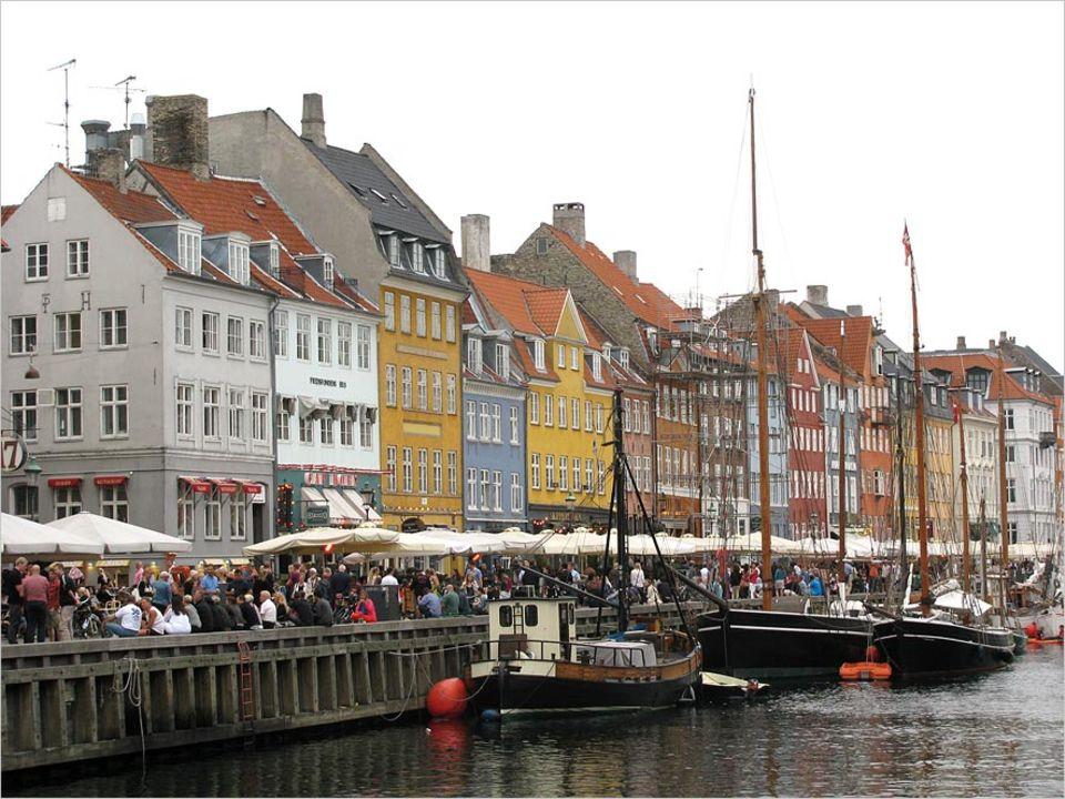 Nyhavn ist eine beliebte Hafenstraße, um Essen zu gehen oder sich einfach mit einem Bier ans Wasser zu setzen