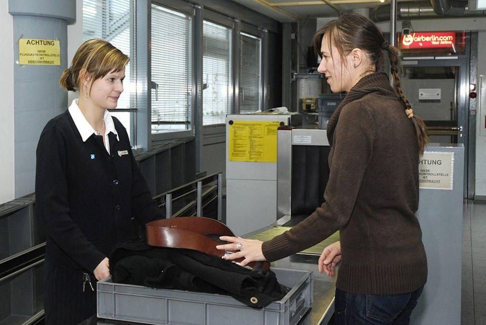 Reisephänomene: Obwohl es in Deutschland nicht rechtlich festgelegt ist, darf das Flughafenpersonal Reisende auffordern, den Gürtel abzulegen