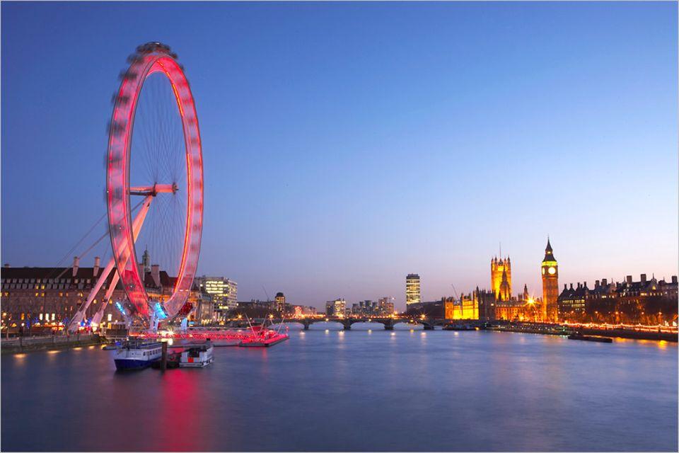 """Tourismus-Trend: Das London Eye sollte sich eigentlich nur fünf Jahre drehen. Doch es erwies sich als sehr beliebt und ist nun schon seit 12 Jahren ein fester Programmpunkt für London-Besucher. Das größte Riesenrad steht in Singapur, 2015 soll das """"New York Wheel"""" den Rekord brechen. Beijing, Berlin und Dubai haben ihre Riesenrad-Projekte dagegen eingestellt"""
