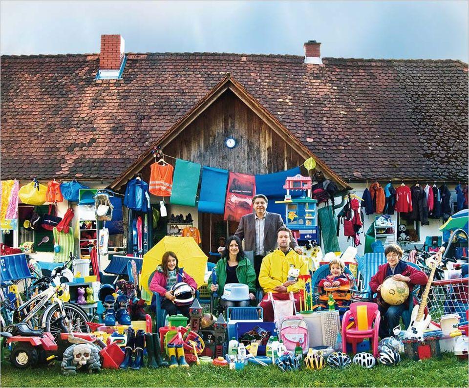 Umweltschutz: Plastikreichtum zum Abgewöhnen: Sandra Krautwaschl mit Mann Peter, ihren Kindern Marlene, Leonard und Samuel - und Filmemacher Werner Boote (hinten)