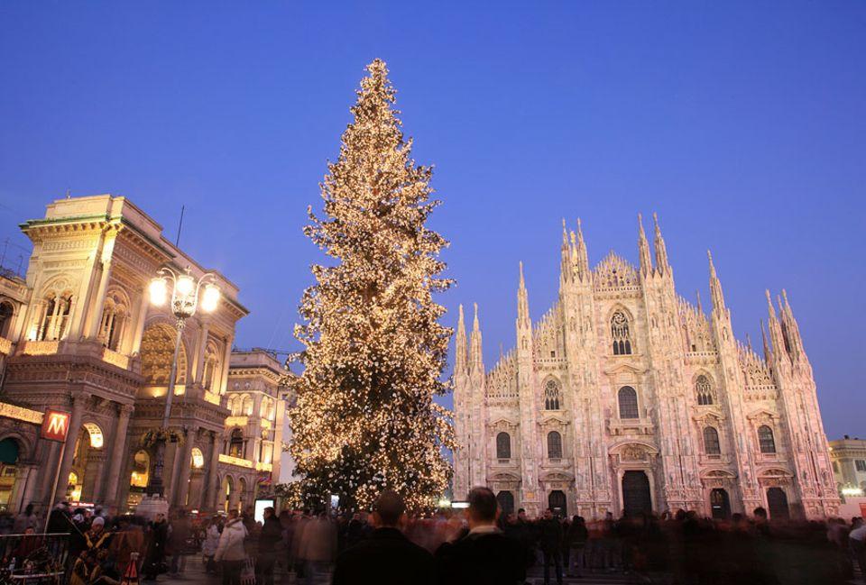 Auf zur Weihnachts-Shoppingtour nach Mailand mit dem festlich geschmückten Piazza Duomo