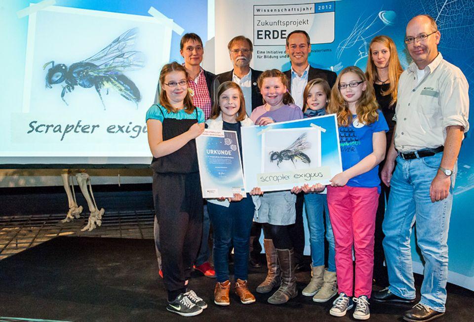 Stolz präsentieren die Schülerinnen des Gymnasiums Nordhorn bei der Preisverleihung in Frankfurt den neuen Namen der Wildbiene: Scrapter exiguus
