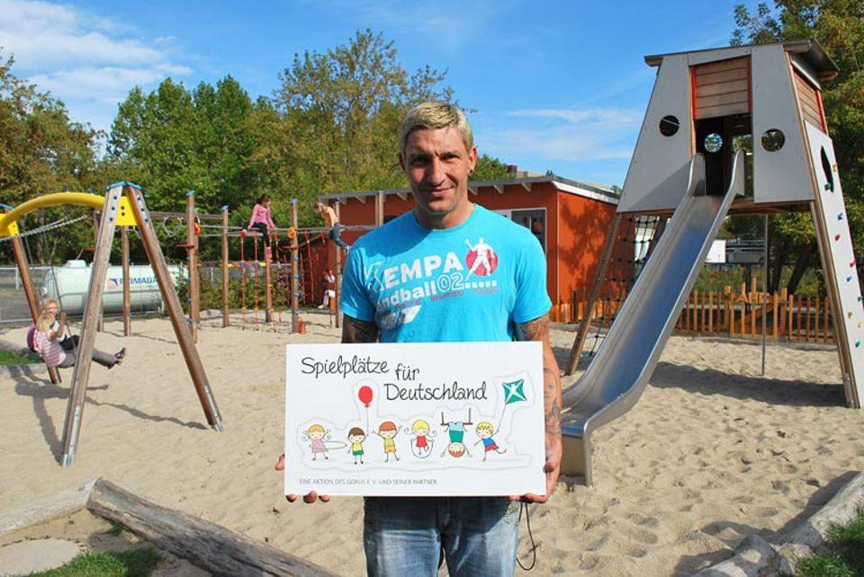 """Stefan Kretzschmar unterstützt die Aktion """"Spielplätze für Deutschland"""", hier auf dem bereits fertiggestellten Spielplatz des Kinder- und Jugendhauses Bolle in Berlin-Marzahn"""
