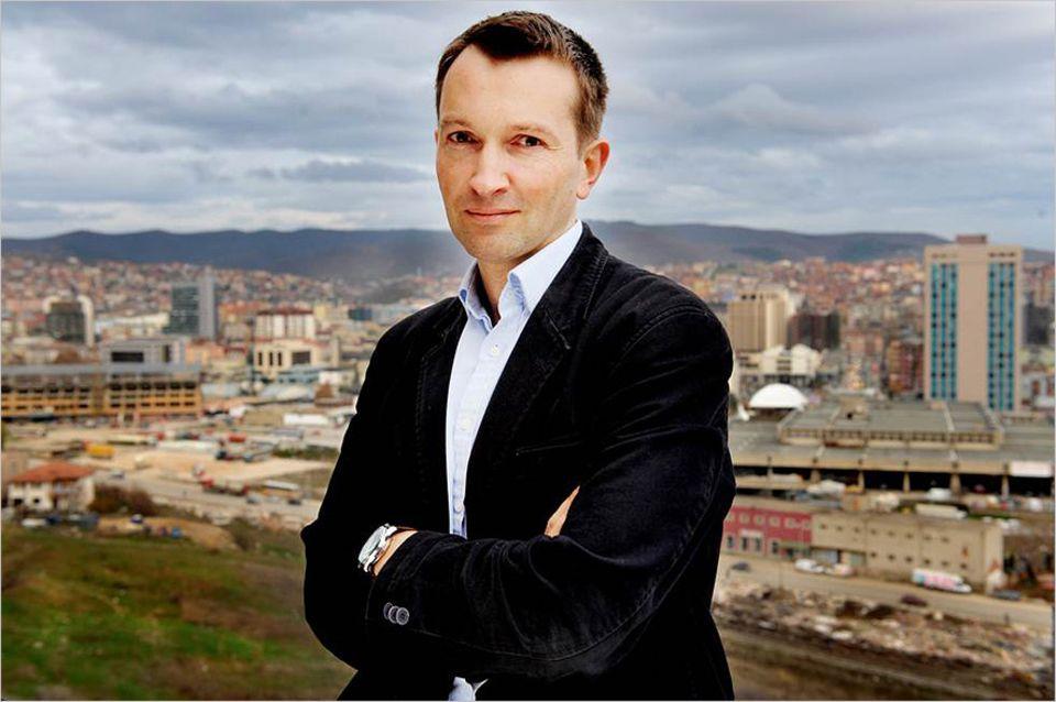 Nicholas Wood kam bei einem Kosovo-Aufenthalt auf die Idee, Reisen zu politischen Ereignissen anzubieten
