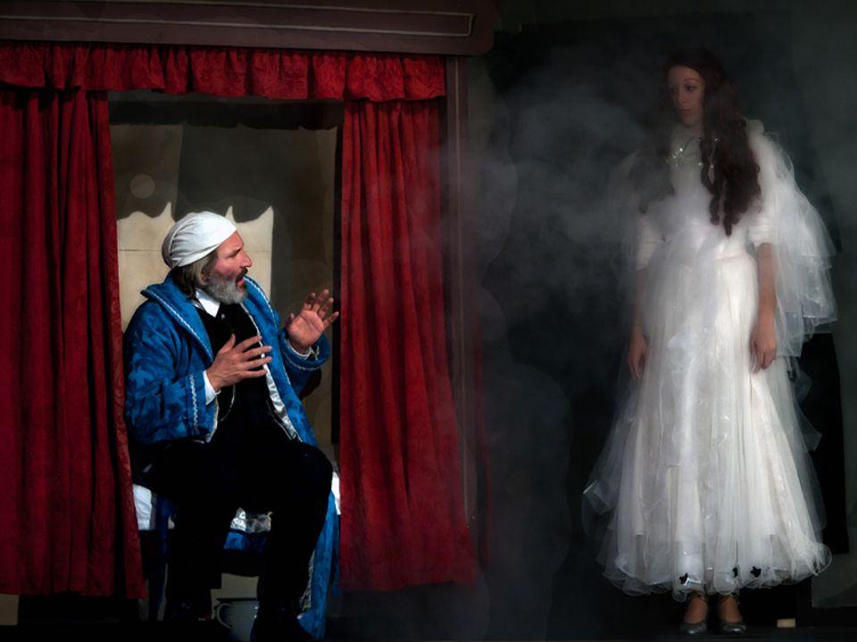 Weihnachten: Der Geist der gegenwärtigen Weihnacht erscheint, um Scrooge auf seine zweite Reise mitzunehmen