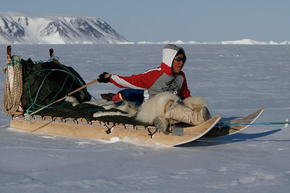 Zusammen mit seinem Vater wird der zwölfjährige Qaaqqukannguaq zum ersten Mal eine mehrtägige Jagdreise mit dem Hundeschlitten durch die Eiswüste unternehmen.
