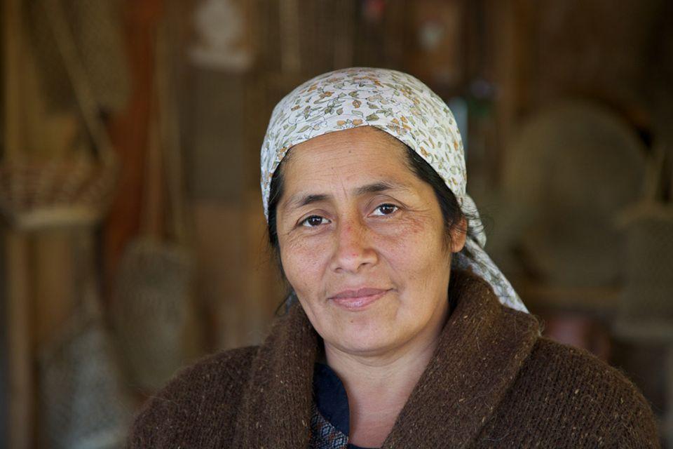Chile: Anita Epulef in ihrem kleinen Restaurant Mapu Iyagl am Ortseingang von Curarrehue